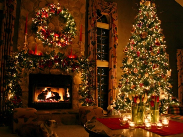 dreamy-christmas-living-room-decor_christmas-tree-garlands-with-wreaths-ornament-led-lamp_candle-in-the-glass-above-the-table_warm-living-room-interior-inspiration-for-christmas